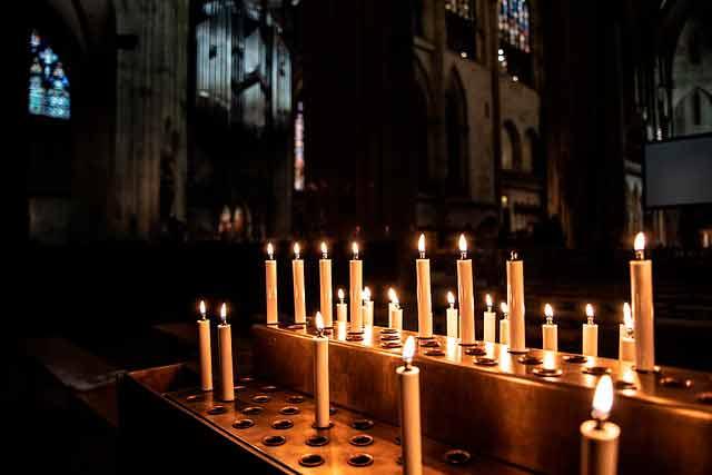Приворот на церковных свечах на любовь мужчины фото